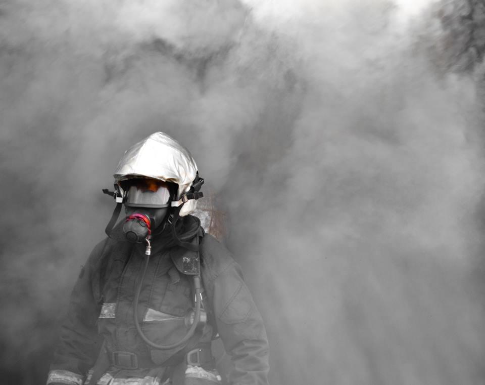 Bombero con humo